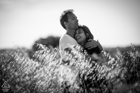 Black and white engagement shoot, a strong moment of love in the field in La Drêche, France
