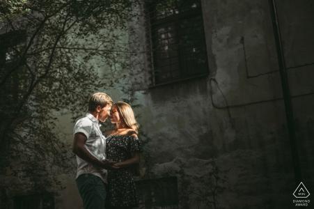 Image d'engagement de lumière urbaine d'Odessa, Ukraine d'un couple posant dans une rue sous une lumière intense