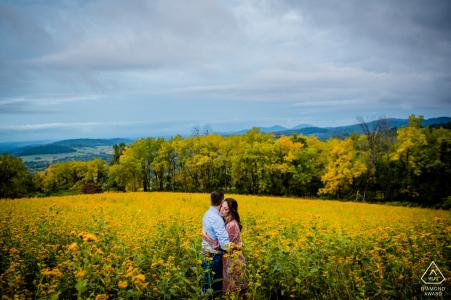 Sky Meadows State Park Verlobungsshooting in einem gelben Blumenfeld