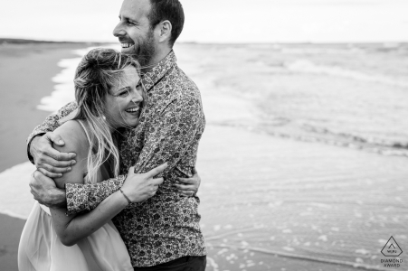 Frankreich Paar am Strand für ihre Vorhochzeit am Wasser in Gruissan