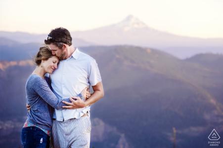 E-shoot en la garganta del río Columbia en Washington de una pareja entre las montañas