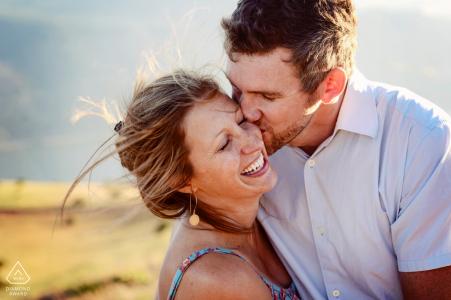 Recién comprometidos, locamente enamorados, riendo juntos bajo el sol poniente en la garganta del río Columbia en Washington