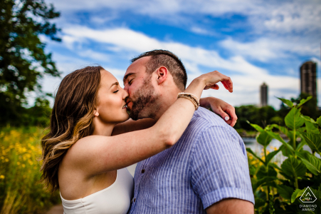 Un couple s'embrasse au soleil pendant leur séance de fiançailles au Lincoln Park de Chicago