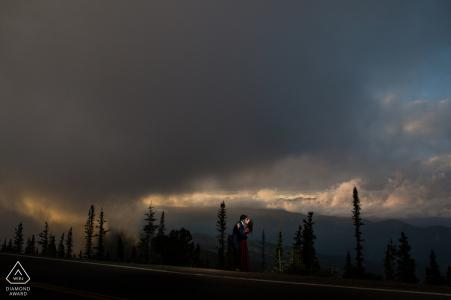 Un couple s'embrassant dans les nuages lors d'une séance de fiançailles à Squaw Pass Colorado