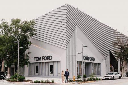 佛罗里达州迈阿密设计区的汤姆·福特大楼前的订婚摄影