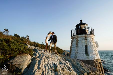 Séance de fiançailles de l'heure d'or sur les falaises du phare de Castle Hill à Newport, RI