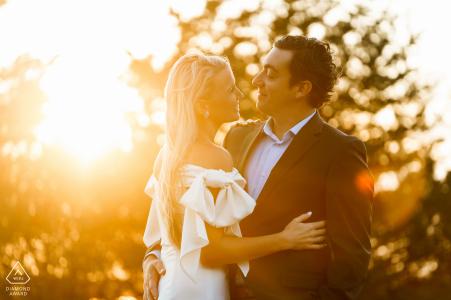 Photos de fiançailles de l'heure d'or à Castle Hill, Newport, RI