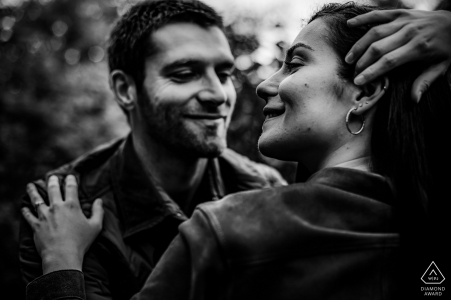 Love session of couple in black and white at Poleymieux au Mont D'Or