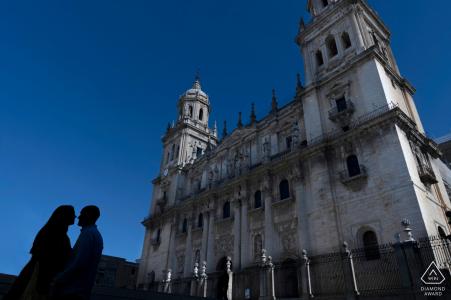 Jaén, Espagne Séance de portrait avant le mariage avec un ciel bleu et un couple en silhouette