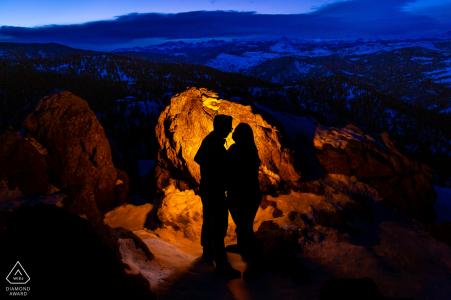 Twilight tombe sur la vue sur la montagne tandis que couple engagé forme une silhouette à Lost Gulch, Boulder, Colorado
