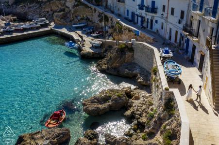 Sesión de fotos para el compromiso en la isla de Levanzo en Sicilia junto a las aguas cristalinas