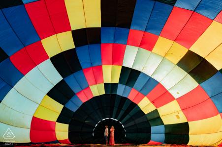 Boituva retrato de compromiso de la pareja con el patrón de globos en el fondo
