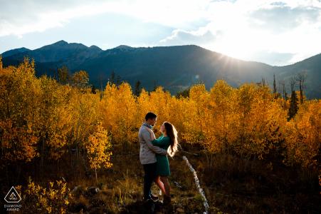 Frisco, CO photographie avant mariage d'un couple dans les montagnes avec des arbres montrant les couleurs de l'automne