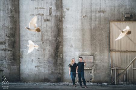 Chicago Photobombing Pigeons durante una sesión de fotos de pareja de compromiso urbano en West Loop