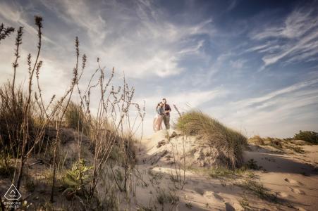 Porto Caleri, Veneto Italia Sesión previa a la boda en una playa desierta con nubes suaves