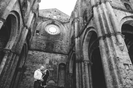 Séance de fiançailles à l'abbaye de San Galgano, Toscane pour des portraits de couple créatifs en Toscane
