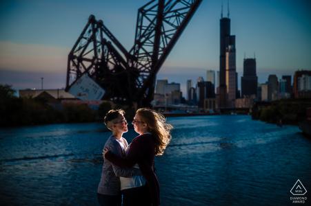 Retratos de compromiso de pareja de Ping Tom Park con una puesta de sol a contraluz