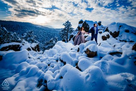 Une session d'engagement enneigée dans un temps à un chiffre au sommet d'une montagne à Boulder, CO