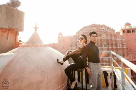 Foto de compromiso capturó la puesta de sol con la pareja en Hawa Mahal, el lugar turístico de Jaipur, India