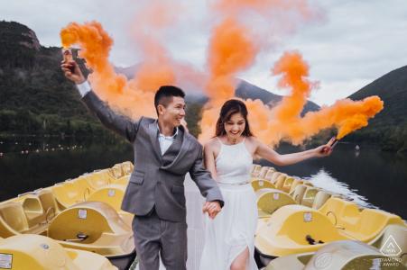 Fotografía de compromiso de White Mountain de una pareja con humo naranja: este fue un día en el que el clima no podría ser más fresco. Un día perfecto para que los novios cuenten su felicidad.