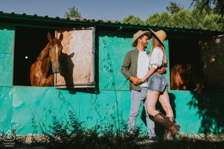 Adana / chevaux de dinde et séance de fiançailles en couple à la grange avec lumière du soleil l'après-midi