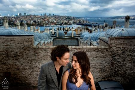 Istanbul, suleymaniye vor der Hochzeitssitzung mit einem zentrierten Paar über der Stadt