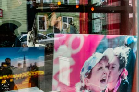Image d'engagement de San Francisco de repérer les amoureux dans la vitrine du magasin de l'extérieur