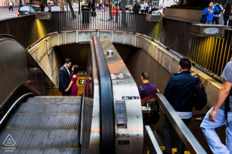 San Francisco Sweet romance en tránsito fotografía de compromiso de una pareja saliendo del metro subterráneo