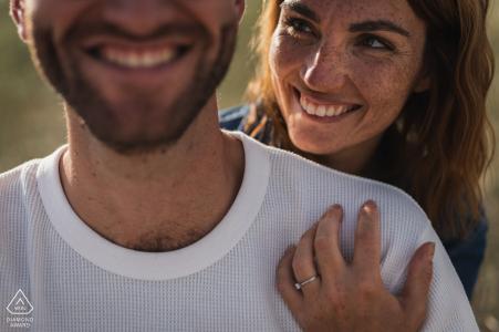 Pleumeur Bodou photographie pré-mariage du couple souriant au soleil