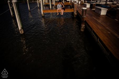 Eastern Shore Engagement Sur le quai Photographie d'un couple près de l'eau