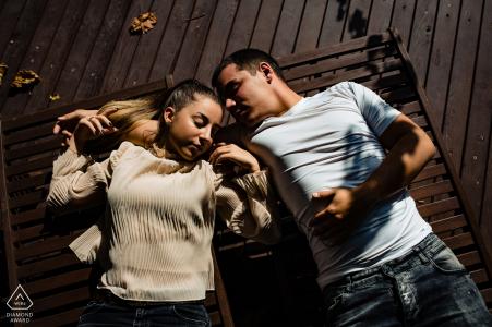Photographie de pré-mariage et de fiançailles en Bulgarie au Wine & Spa Complex Starosel, Bulgarie avec un portrait créatif à la lumière dure d'en haut