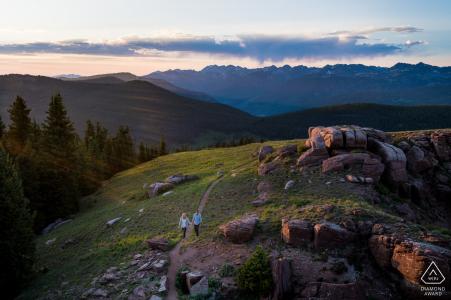 Séance de portrait de mariage avant Vail avec des amoureux engagés dans le Colorado avec un couple en randonnée dans les montagnes