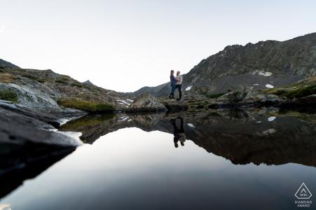 CO fotografía previa a la boda y el compromiso en Breckenridge con una pareja y su reflejo en el lago