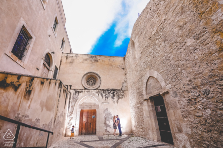 Séance de portraits avant le mariage de Syracuse avec des amoureux engagés au printemps en Sicile