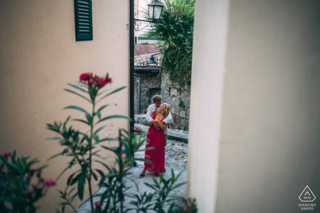 Séance photo de fiançailles en Slovénie de Volosko, Croatie dans l'allée de l'amour
