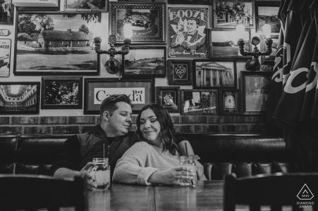 Séance photo avant le mariage en Alberta avec un couple engagé dans un pub local, Edmonton en dégustant une bière dans un pub préféré