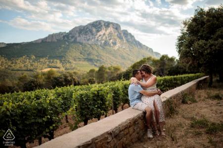 FR séance de portrait avant mariage avec des amoureux engagés au Domaine de l'Hortus sud de la France avec un couple assis sur un muret