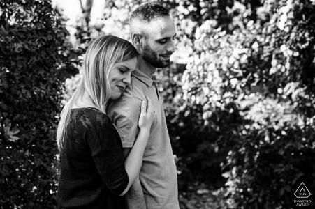 Portrait d'engagement ES avec un couple posé dans les arbres en noir et blanc à Grenade, Espagne