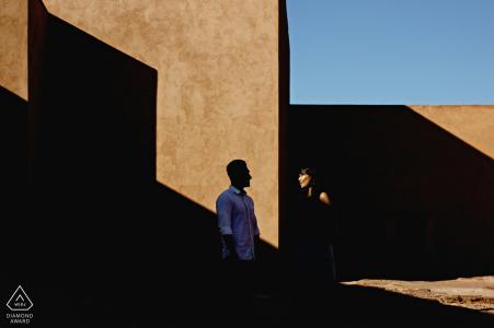 Portrait d'engagement de l'Afrique avec un couple posé dans une lumière intéressante et une composition géométrique d'ombre à Marrakech, Maroc