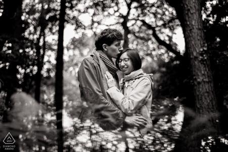 Servizio fotografico di fidanzamento nel Regno Unito tra gli alberi di Ecclesall Woods, Sheffield