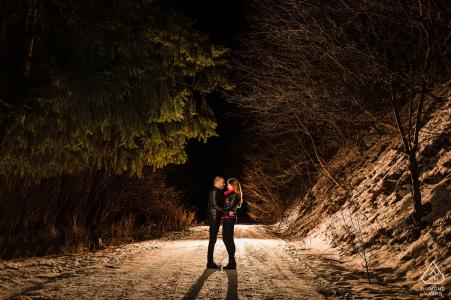 Sesión de fotos previa a la boda de BG con una pareja de novios en la montaña Vitosha cerca de Sofía, Bulgaria, con dos amantes en un paseo nocturno por la montaña