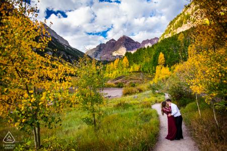Séance photo d'engagement au CO et séance avant le mariage à Keystone, Colorado, du couple pratiquant leur première danse dans la forêt de trembles dorés devant les majestueuses Maroon Bells