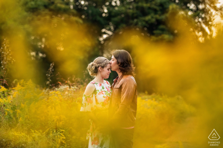 Séance photo de fiançailles dans le New Jersey à Frenchtown, New Jersey en automne