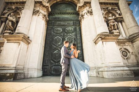 Sesión de retratos pre-boda de IT con amantes comprometidos antes de construir columnas en Venecia