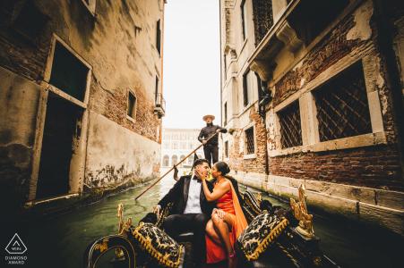Séance photo d'engagement en Italie dans un bateau-taxi à Venise