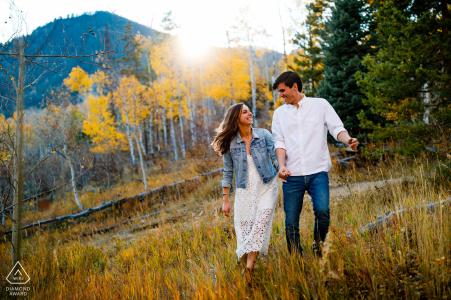 Sesión de fotos antes de la boda de las Montañas Rocosas con una pareja comprometida en Frisco, CO con una pareja en una de sus caminatas de otoño