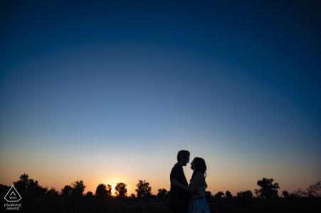 Sesión de fotos de compromiso de Arizona en el centro de Phoenix antes de una puesta de sol azul