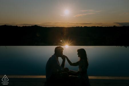 Sesión de retratos pre-boda con amantes comprometidos al atardecer junto al lago en Siena, Toscana