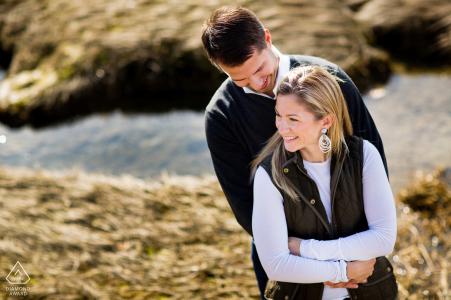 MA vor der Hochzeit Fotosession mit einem verlobten Paar in Cohasset, Massachusetts mit dem Ozean