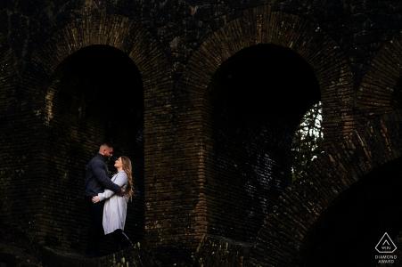 Portrait d'engagement de l'Angleterre avec un couple posé sous un pont à Rivinngton Pike